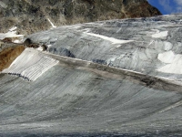 Ледник Реттенбах в проблемных местах укрывают периной на лето.