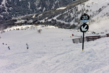 Трасса № 35 стала по-настоящему черной после снегопада.