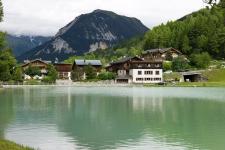 Озеро в поселке Ле Прац, 1300 м.