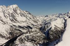 Массив Монблан (слева) и долина Валь Феррэ (Val Ferre).