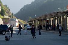 Японцы в ожидании поезда в Санкт Морице.