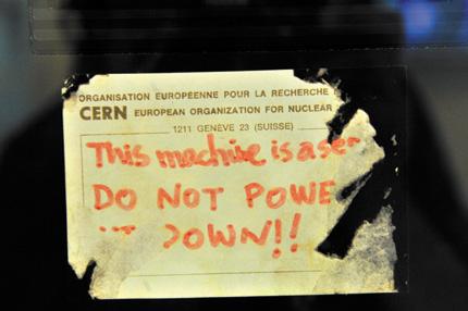 На этом компьютере Тим Бернерс-Ли изобрел здесь, в CERN, Интернет и приклеил на него эту записку: