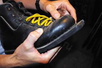 Иеремия Фурнье демонстрирует эволюцию телемарк-оборудования «на пальцах». Это одни из первых ботинок для телемарка – кожаные ботинки, которые крепились такими же креплениями, что и беговые. Следующая волна – это также кожаные ботинки с пластиковыми элементами для большей устойчивости. Далее идут уже чисто пластиковые ботинки. Современные крепления позволяют кататься и в стиле нормальных горных лыж, при желании поворотом рычага переходя в режим телемарка и скитура.