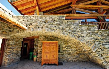 Итальянский архитектор Джино Муза в своих проектах сочетает строительные практики Древнего Рима с эстетикой народного зодчества традиционных культур и современными технологиями жизнеобеспечения